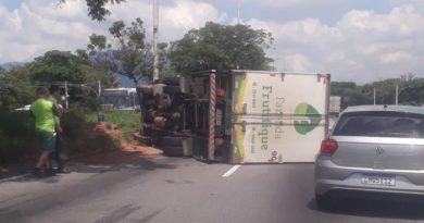 Caminhão tombado Avenida Brasil