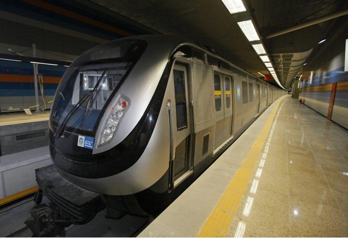 Metrô na plataforma