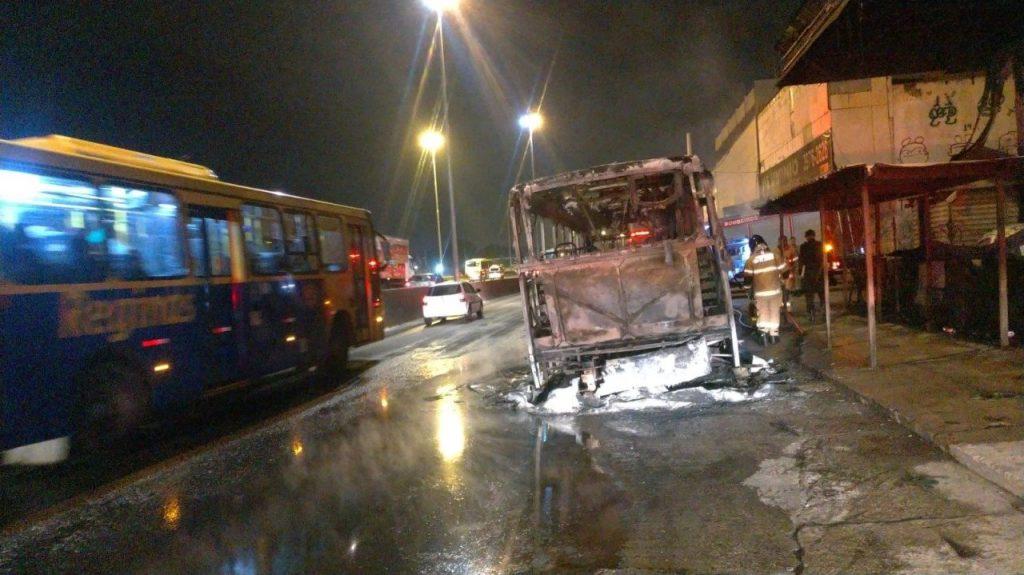 Ônibus Fogo Avenida Brasil